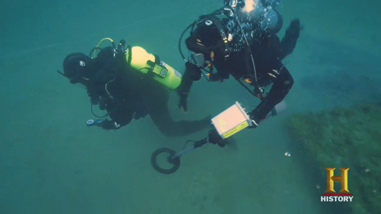 Two divers under water using the Pulse 8X